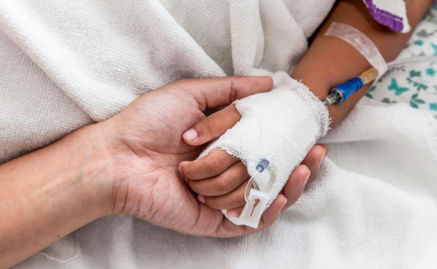 Dziecko z wenflonem w dłoni