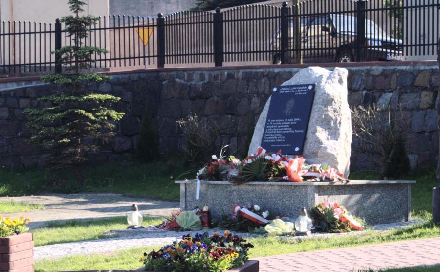 Pomnik Lecha Kaczyńskiego w Skórczu (Fot. Topory CC BY 3.0)