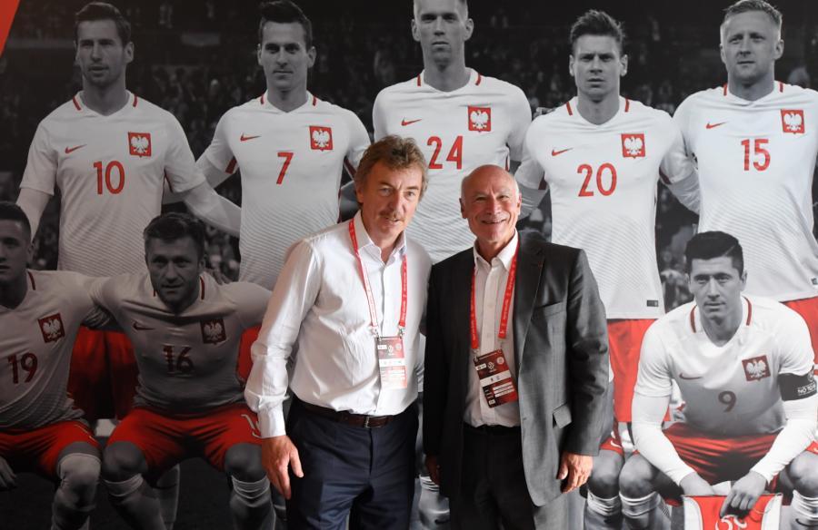 Prezes PZPN Zbigniew Boniek (L) i mer La Baule Yves Metaireau
