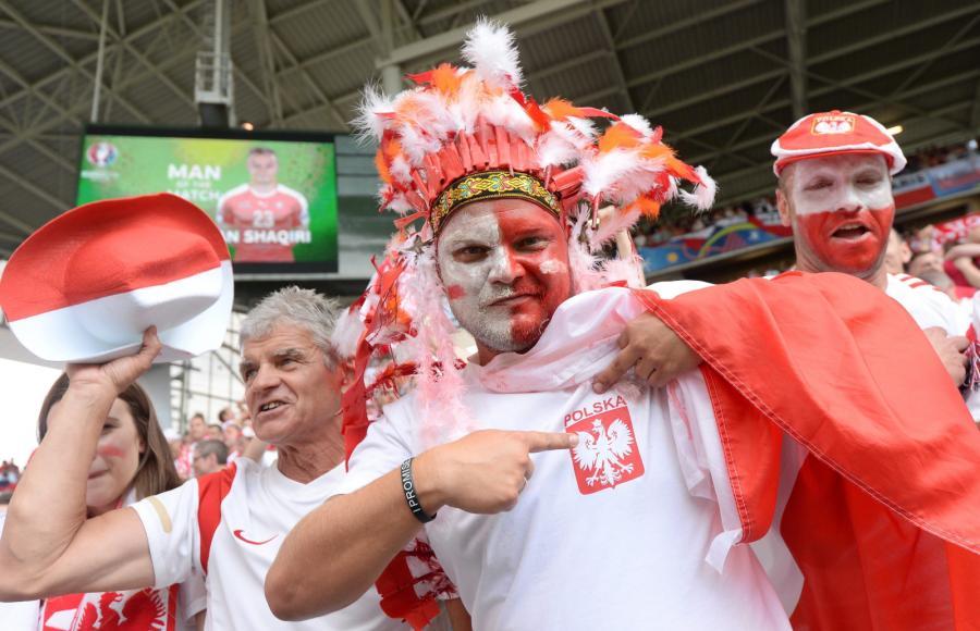 Polscy kibice cieszą się po meczu ze Szwajcarią