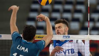 Argentyńczyk Bruno Lima (L) i Artiom Wolwicz z Rosji podczas meczu Ligi Światowej siatkarzy, Argentyna - Rosja, rozegranego w Atlas Arenie