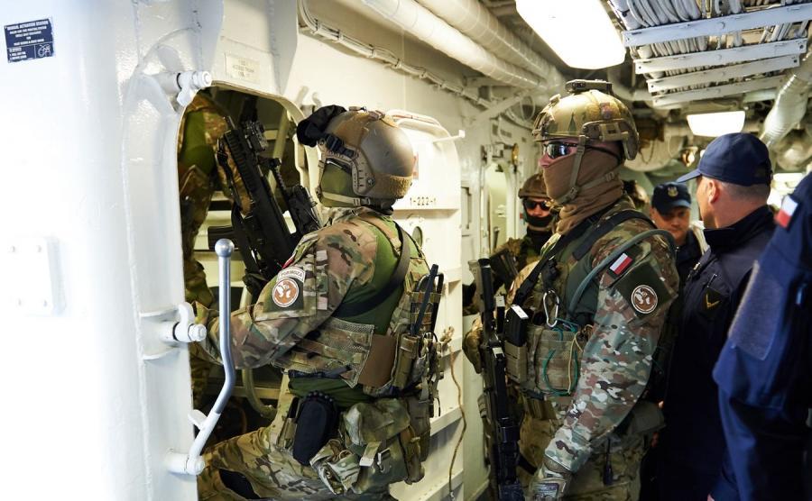 Żołnierze jednostki specjalnej Formoza na ORP \