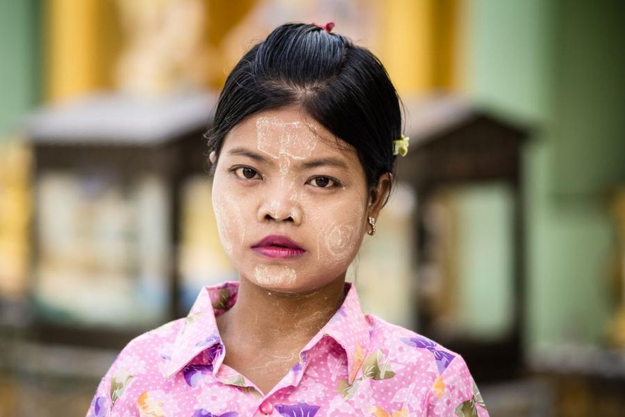 """Thanaka, tradycyjny birmański makijaż; fot. T. Bogusz / """"Pirania na kolację"""""""