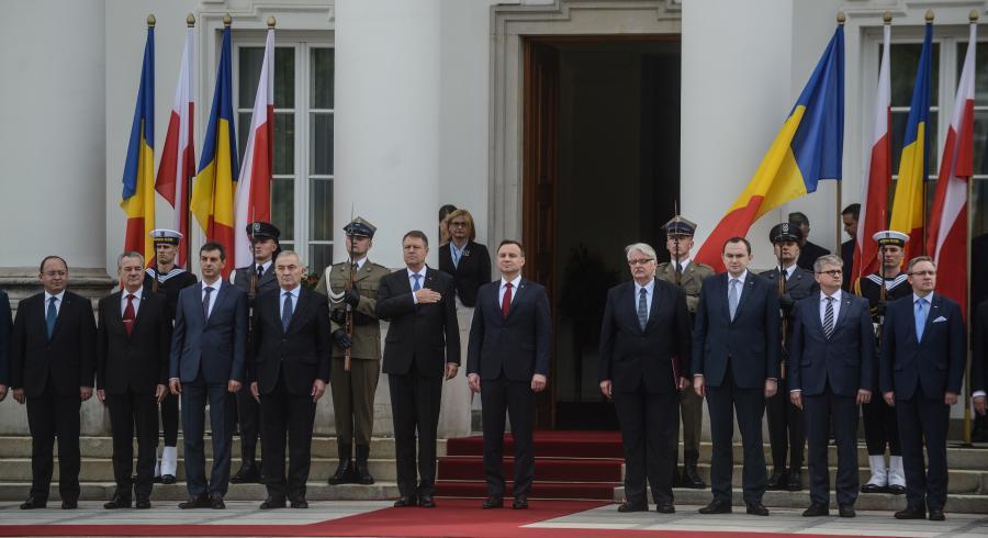 Prezydent Polski Andrzej Duda (5P) i prezydent Rumunii Klaus Werner Iohannis (5L), podczas ceremonii oficjalnego powitania na dziedzinicu Belwederu w Warszawie, 10 bm. Obok stoją: minister spraw zagranicznych Witold Waszczykowski (4P), szef gabinetu prezydenta RP Adam Kwiatkowski (3P), szef BBN Paweł Soloch (2P) i sekretarz stanu w KPRP Krzysztof Szczerski (P) oraz minister spraw zagranicznych Rumunii Lazar Comanescu (4L)