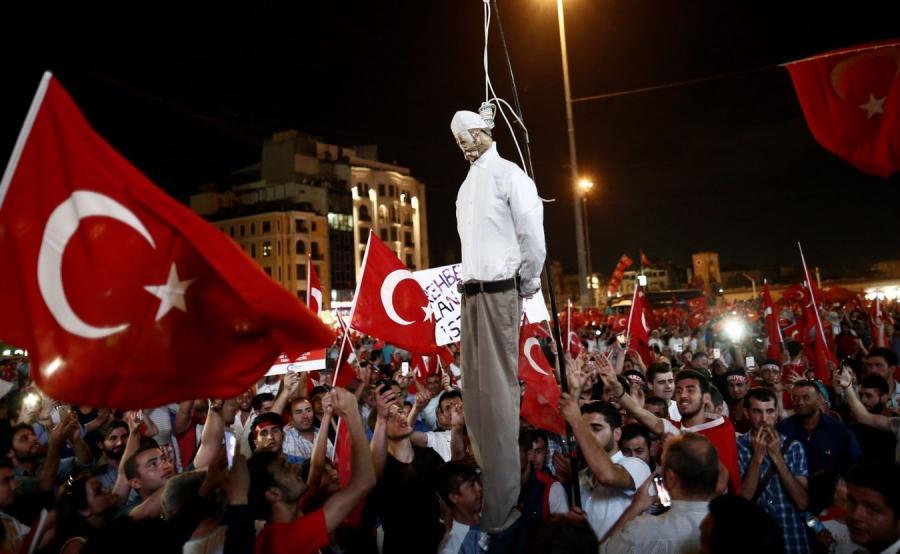 Demonstracja w Stambule i kukła Fethullaha Gulena