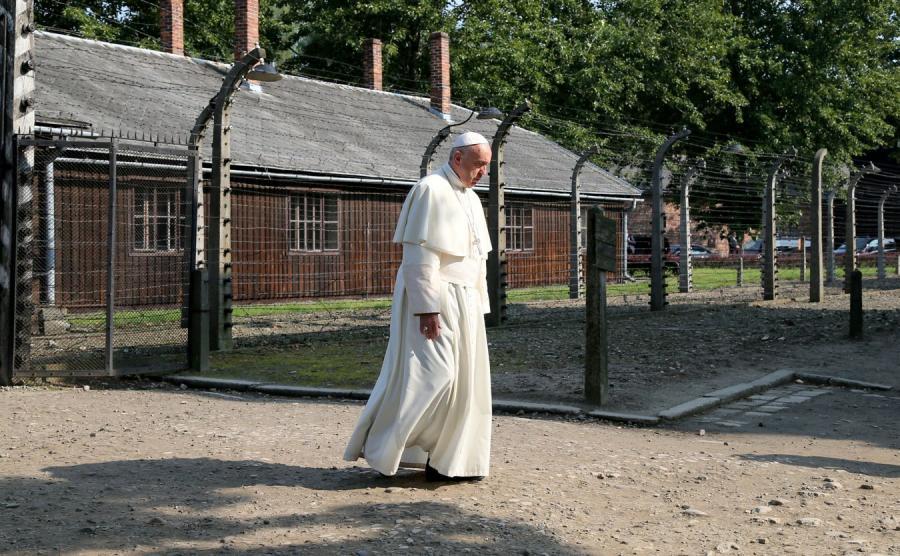 Papież Franciszek na terenie byłego obozu zagłady Auschwitz-Birkenau
