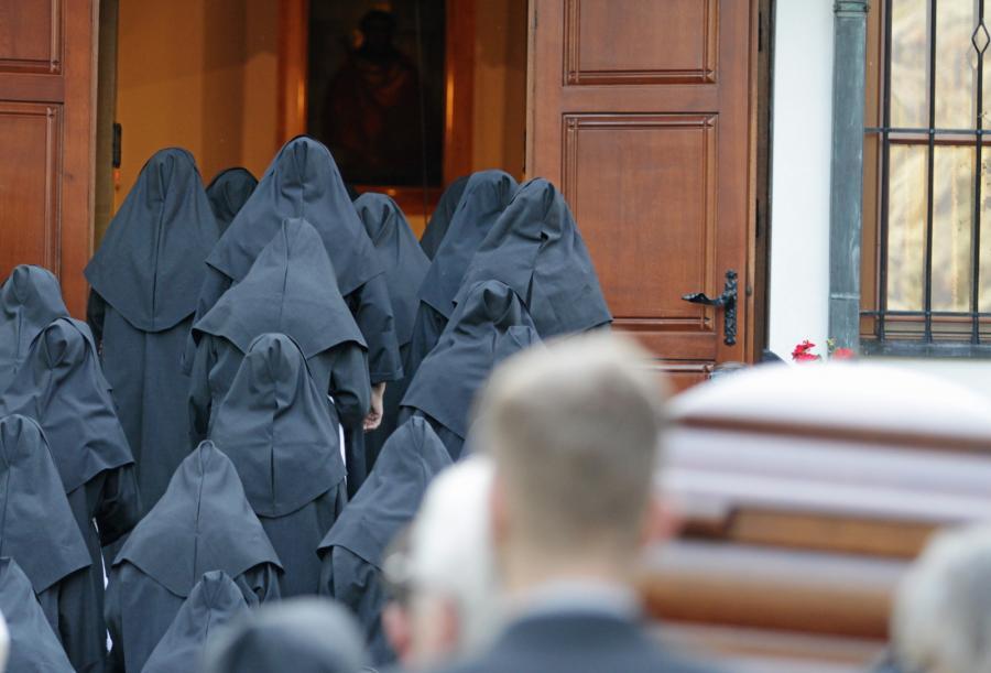 Trumna z ciałem zmarłego kard. Franciszka Macharskiego wnoszona jest do kościoła sióstr Albertynek