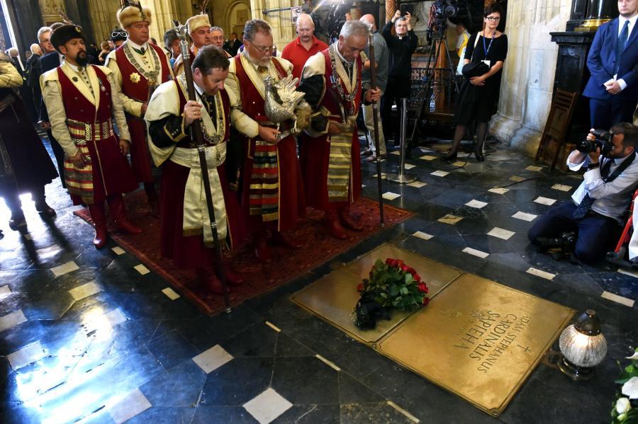 Trumna z ciałem kard. Franciszka Macharskiego została złożona w krypcie biskupów krakowskich, która znajduje się pod konfesją św. Stanisława w Katedrze na Wawelu