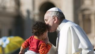 Papież Franciszek całuje dziecko