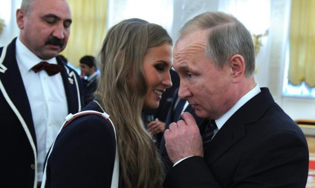Carski gest mimo skandalu! Putin na Kremlu obdarował olimpijczyków nowymi BMW [FOTO]
