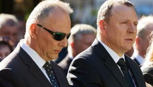 Jarosław (L) i Jacek (P) Kurscy - w trakcie mszy żałobnej w kaplicy nowej Cmentarza Srebrzysko