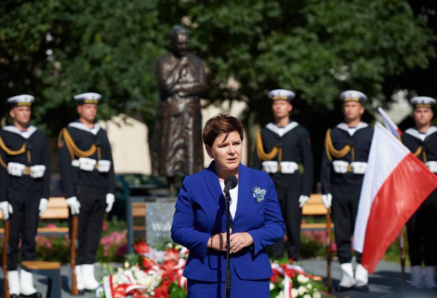 Wystąpienie premier Beaty Szydło podczas uroczystości złożenia kwiatów przed pomnikiem Anny Walentynowicz