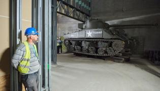 """Brytyjski czołg M4 Sherman """"Firefly"""" w jednej z sal wystawy stałej Muzeum II Wojny Światowej w Gdańsku"""