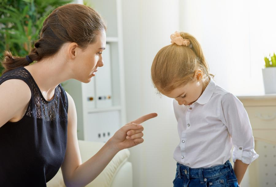 Matka karcąca córkę