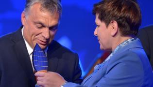 Viktor Orban odbiera nagrodę dla Człowieka Roku od premier Beaty Szydło