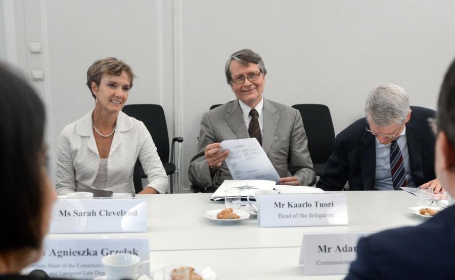 Członkowie Komisji Weneckiej: wiceprzewodniczący KW Kaarlo Tuori (C), sekretarz KW Thomas Markert (P) i Sarah Cleveland