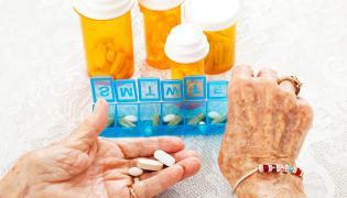 Starsza kobieta bierze leki