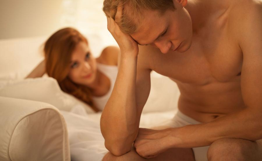 Para w łóżku, mężczyzna ma problem