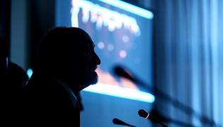 Antoni Macierewicz przedstawia film ze Smoleńska z Tuskiem i Putinem