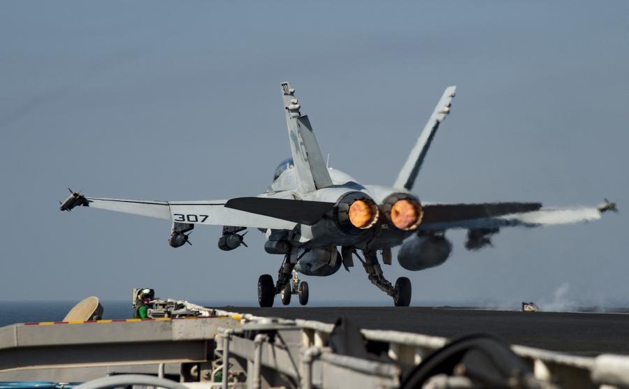 Amerykański samolot F/A-18C Hornet startuje z lotniskowca USS Dwight D. Eisenhower