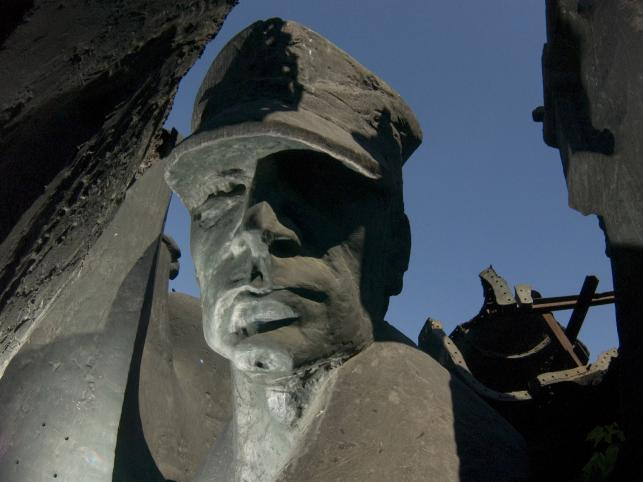 """Pomnik """"Utrwalaczy Władzy Ludowej"""" stał niegdyś na Placu za Żelazną Bramą w Warszawie"""