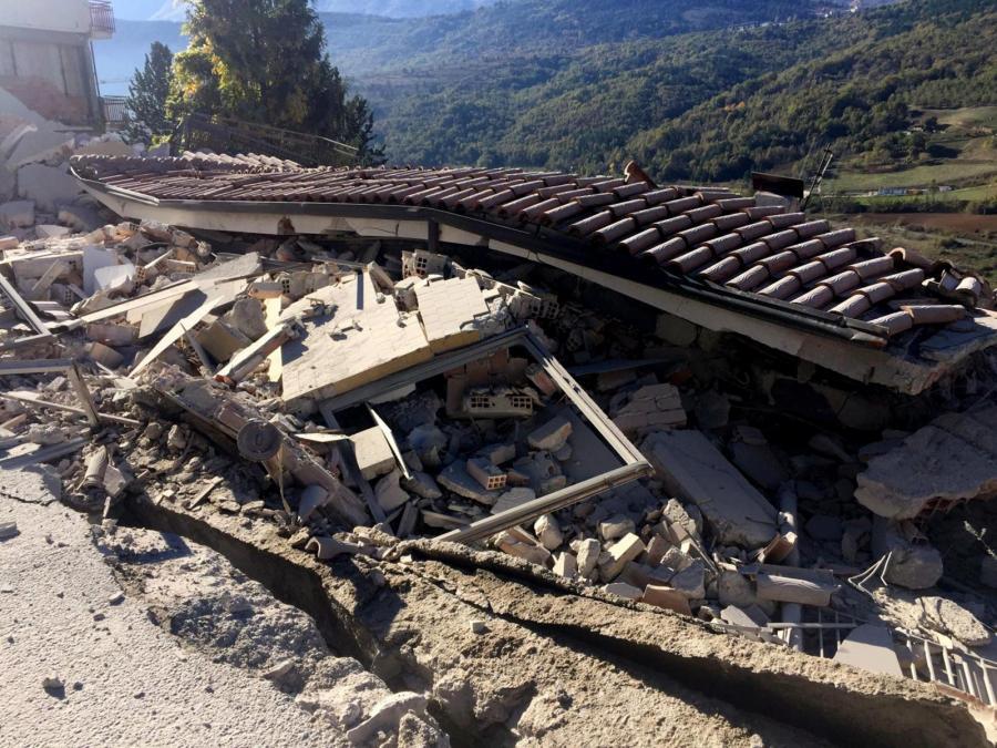 Zniszczony budynek w miejscowość L'Aquila