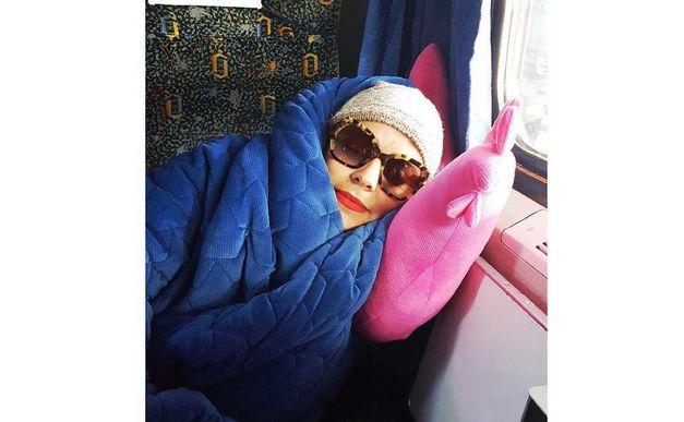 Anna Mucha w pociągu