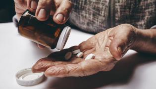 Starszy mężczyzna przyjmuje leki