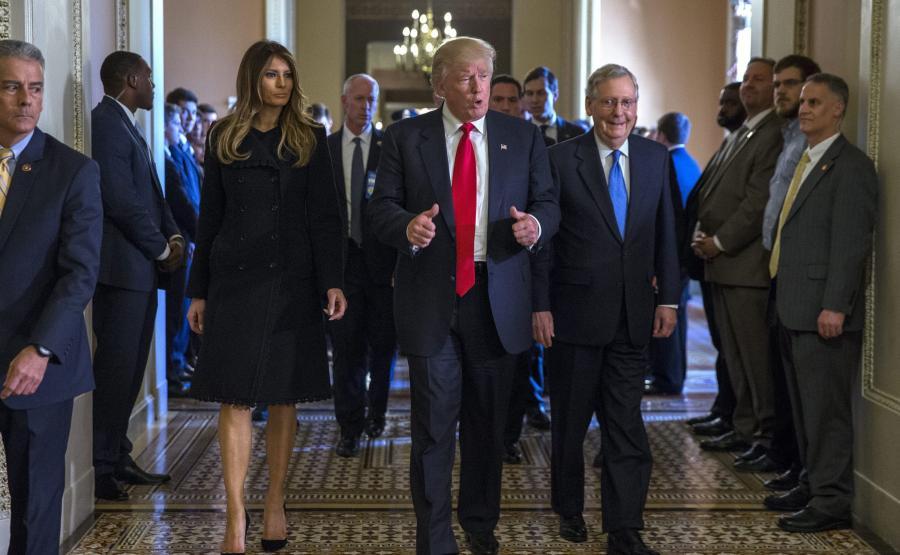Donald Trump z żoną i współpracownikami
