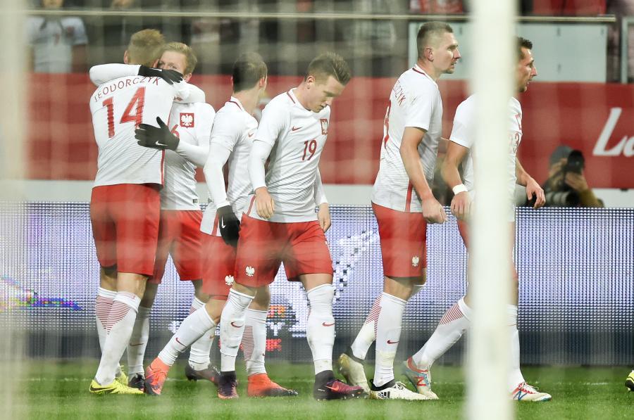 Łukasz Teodorczyk (L) odbiera gratulacje po zdobyciu wyrównującej bramki, podczas meczu towarzyskiego Polska - Słowenia
