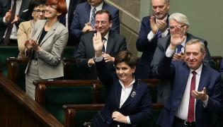 Premier Beata Szydło (L) i minister Henryk Kowalczyk (P) po głosowaniu nad prezydenckim projektem obniżenia wieku emerytalnego