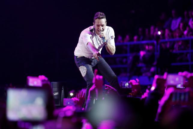 """Niezła zabawa szykuje się 18 czerwca na warszawskim Stadionie Narodowym. Za kwotę od 199 do 499 złotych możemy ufundować komuś obecność na koncercie zespołu Coldplay. Darcie gardła zapwenione jest zarówno przy starszych przebojach, takich jak """"Yellow"""" czy """"Trouble"""", jak i nowych. Ten kto ostatnio nie słyszał """"Hymn For The Weekend"""" czy """"Adventure Of A Liftime"""" musiał żyć na innej planecie."""