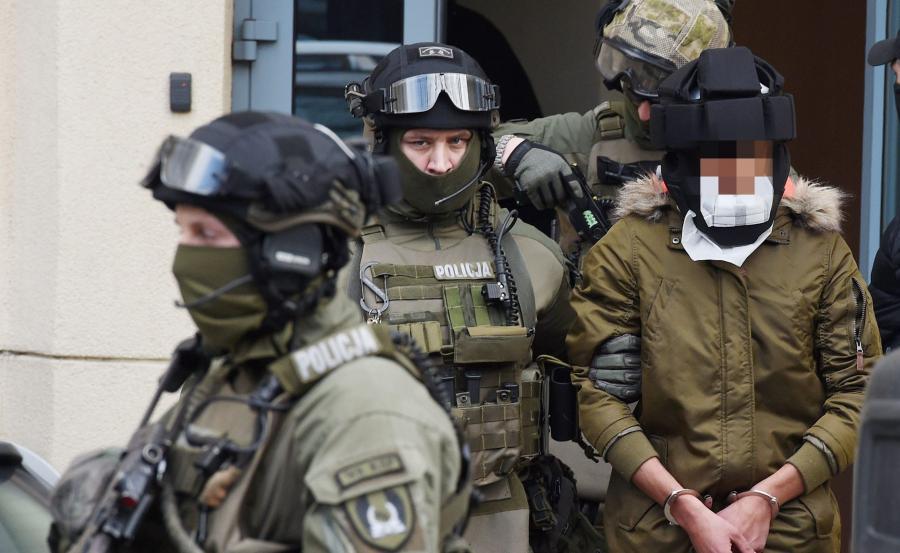 Kajetan P. w eskorcie policji