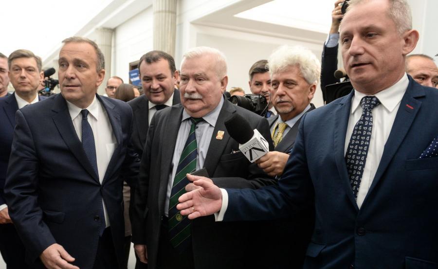Były prezydent Lech Wałęsa (C), przewodniczący PO Grzegorz Schetyna (2L) oraz przewodniczący klubu parlamentarnego PO, poseł Sławomir Neumann