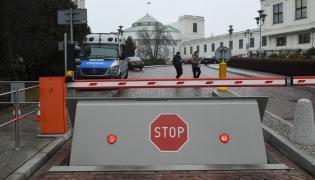 Szlabany przed wjazdem na teren Sejmu