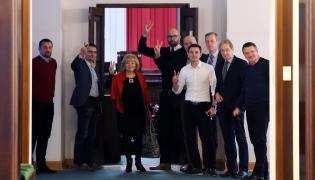 Protestujący posłowie opozycji przed wejściem na salę plenarną w Sejmie