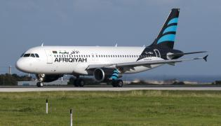 Samolot Airbus A320 linii Afriqiyah Airways na lotnisku na Malcie