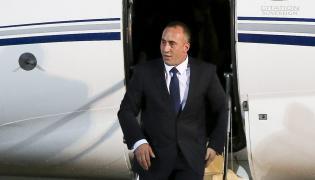 Ramush Haradinaj wysiada z samolotu