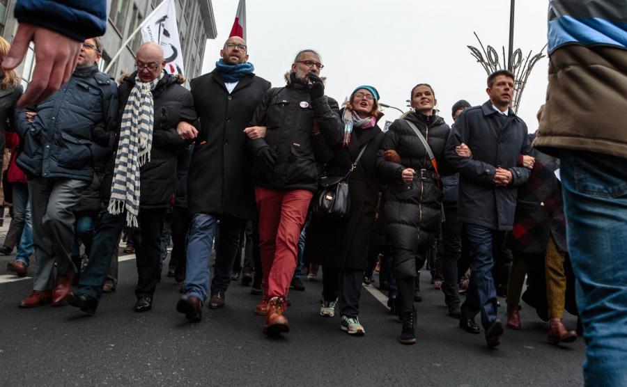 Demostracja KOD niedaleko Sejmu. W pierwszym rzędzie między innymi Michał Kamiński, Mateusz Kijowski, Barbara Nowacka i Ryszard Petru