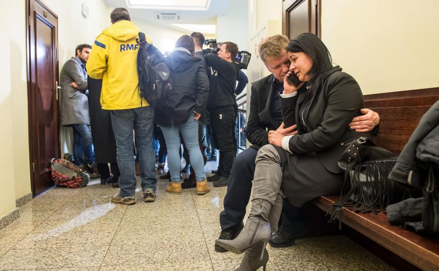 Rodzice zamordowanej nastolatki na korytarzu sądowym
