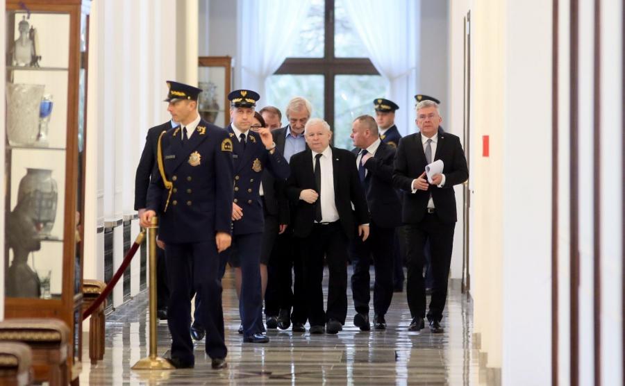 Prezes Prawa i Sprawiedliwości Jarosław Kaczyński (C), marszałek Senatu Stanisław Karczewski (P) oraz wicemarszałek, przewodniczący klubu PiS Ryszard Terlecki (4P) na korytarzu sejmowym