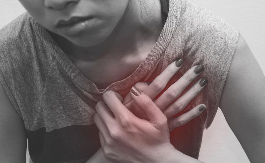 Kobieta trzyma się za serce
