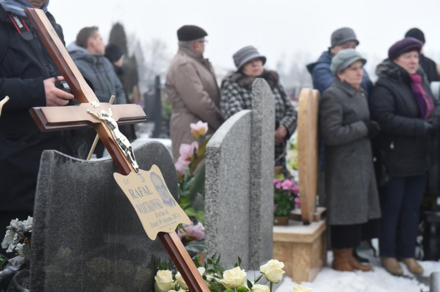 Mieszkańcy miasta na cmentarzu
