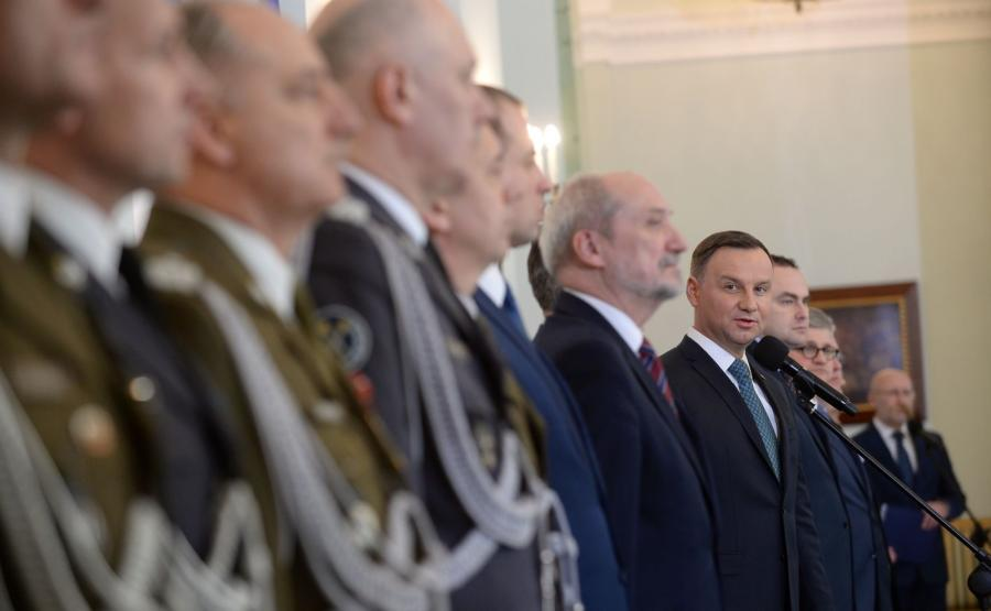 Prezydent Andrzej Duda podczas uroczystości wręczenia nominacji na szefa Sztabu Generalnego WP gen. broni Leszkowi Surawskiemu