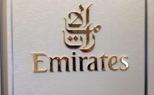 Logo Emirates na wewnętrznych drzwiach samolotu