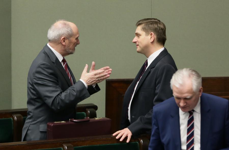 Minister obrony narodowej Antoni Macierewicz, wiceminister ON Bartosz Kownacki  oraz wicepremier, minister nauki i szkolnictwa wyższego Jarosław Gowin