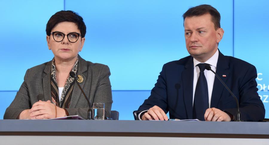 Premier Beata Szydło i minister spraw wewnętrznych i administracji Mariusz Błaszczak podczas konferencji prasowej w KPRM.
