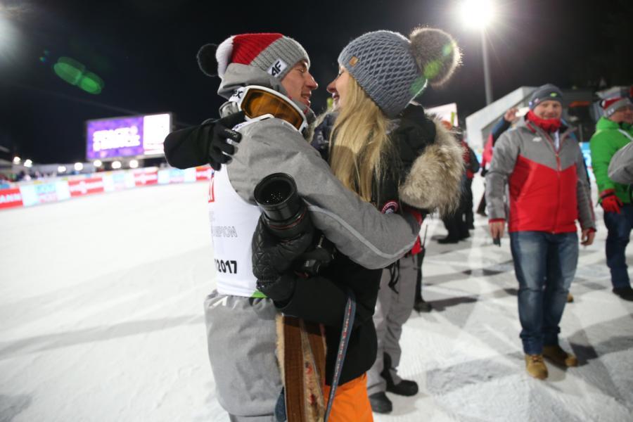 Kamil Stoch (L) przyjmuje gratulacje od swojej żony, Ewy Bilan-Stoch (P)