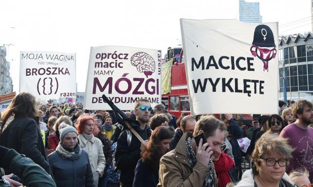 Macice wyklęte. Manifa na ulicach Warszawy, transparentów co niemiara [ZDJĘCIA]